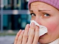 Sneeze into a paper tissue - Photo: DPix Center - Fotolia.com