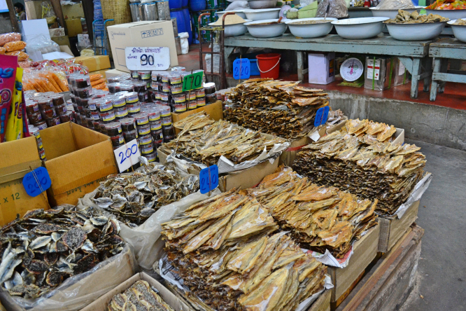Huanan Seafood Wholesale Market in Wuhan pikitia / Shutterstock
