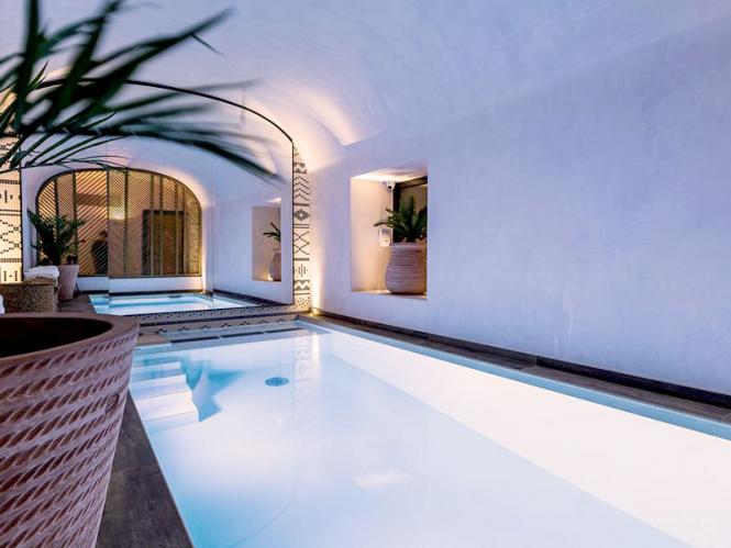 Indoor pool at LAZ'Hotel, Paris. Photo from Dayuse.com.
