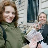 Last months to exchange francs for euros as these women did in Bordeaux