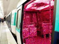 The carriage is all decorated with pink wrapping paper – Photo: @ManonGuignard