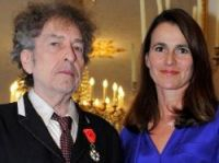 Bob Dylan with his insignia and Aurelie Filippetti - Photo: MCC - Didier Plowy