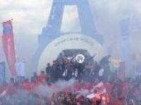PSG celebration turns into riot - Screengrab: BFMTV.com