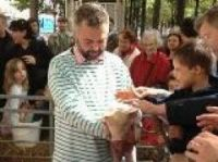 Youngsters meet a piglet at the farm protest - Photo: Caroline Tailleur-Twitter