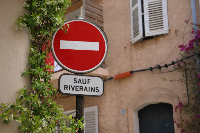 French sign sauf riverains