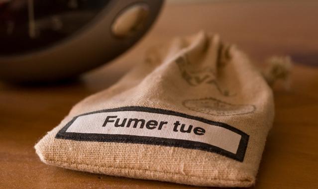 sacking bag with Fumer tue (smoking kills) printed on it