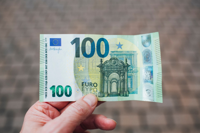 A man holds a 100 euro note. French group will 'fight in court' for Covid travel refunds if necessary