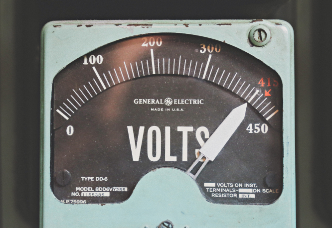 A vintage voltmeter. Photo by Thomas Kelley on Unsplash. In the article: can Linky electrical meters in France be refused?