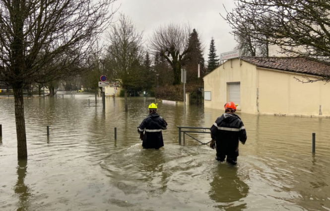 Firefighters attend flooding scenes in Charente. Thousands of homes at risk as flooding hits southwest France