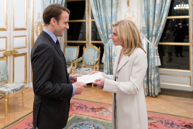 US Ambassador to France with French President Macron. Article: interview with US Ambassador to France. Photos from US Embassy / Sylvain de Gelder