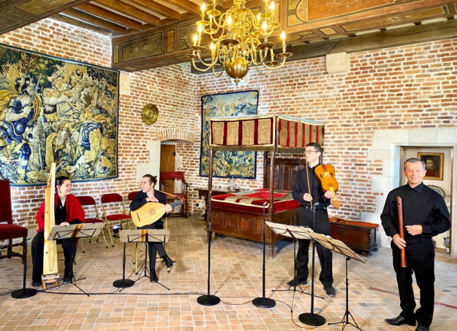 The Doulce Memoire musicians performing at the Clos Luce. Instrument played by Leonardo da Vinci returns to his French chateau