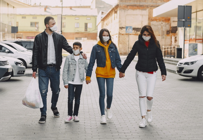A family wearing masks holding hands. Coronavirus: Family reunions spark new clusters in France