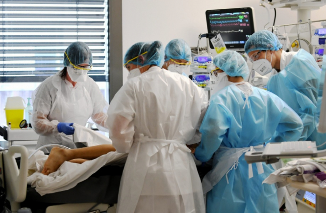 Intensive care doctors work on a patient. Covid-19 France: Border and variant updates for March 31