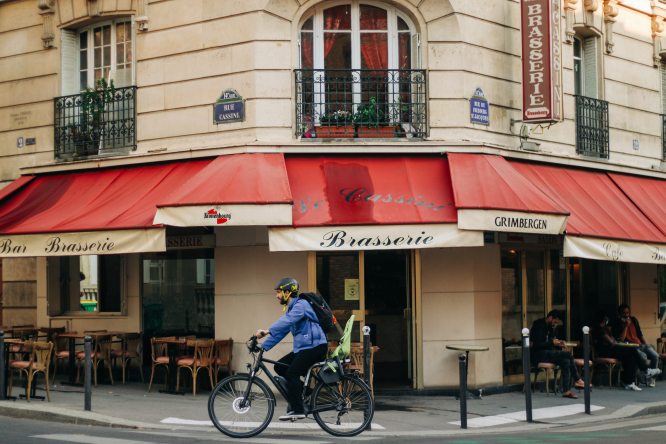 Man ridig bike in Paris. MAP: Paris plans 680km of new cycle lanes linking suburbs to centre