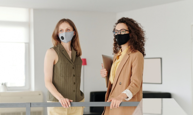 Two women wear masks in an office. Mandatory masks in the workplace in France: FAQs