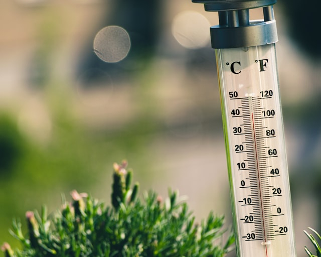 A thermometer shows rising temperatures. Hot weather up to 40°C to hit most of France this week