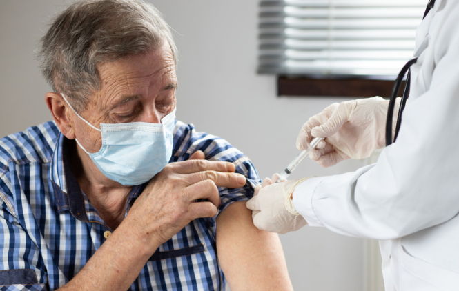 Older person getting vaccinated. Covid France: Who should get a third booster vaccination in autumn?