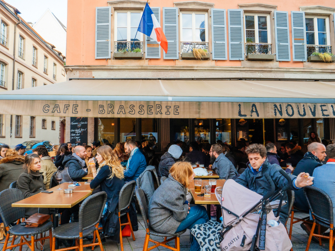 People eating outside a restaurant. Curfew and eating out: What Covid rules change in France on June 9?