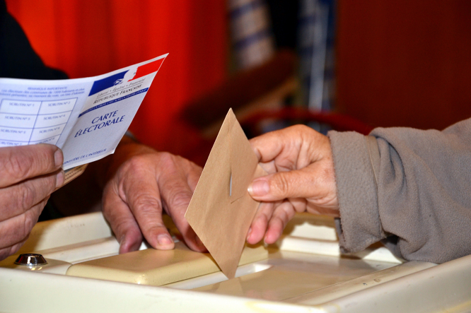 Person voting in French elections. Which French regions look set to vote far right in June's elections?