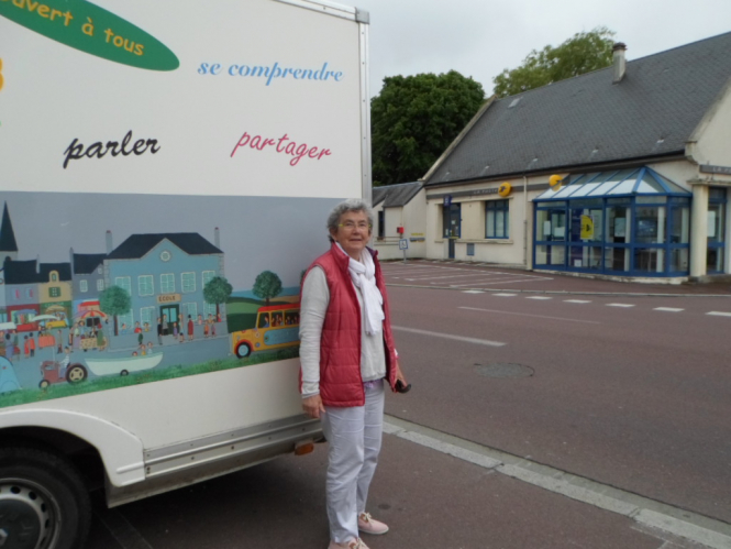 Catherine de la Hougue in front of the Parentibus