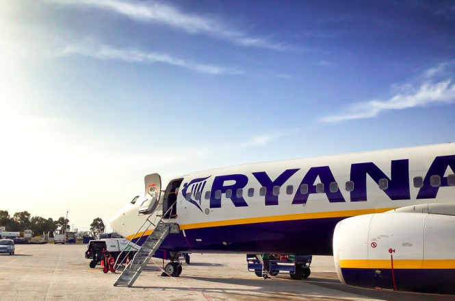 Ryanair plane ready for boarding on tarmac. Coronavirus: Ryanair to close Toulouse base for winter