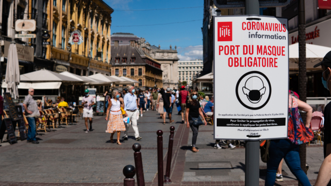 A sign in France reminds people that mask-wearing is mandatory. Covid France: Macron to discuss possible lifting of health rules