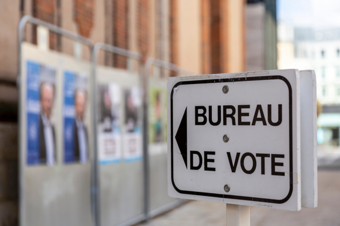 Sign pointing to a voting centre. France regional elections this weekend: What powers do regions have?