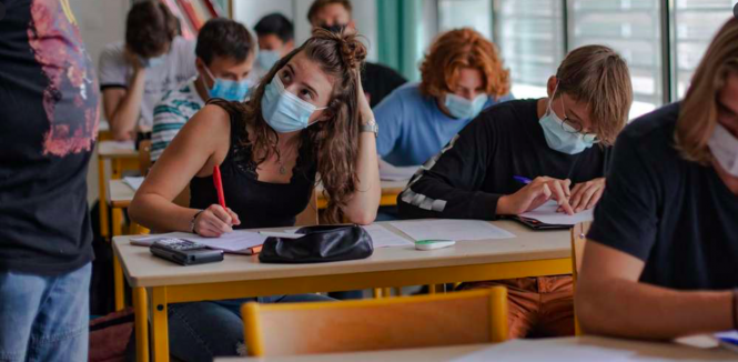 Students wearing masks in class. One million rapid Covid tests for French schools