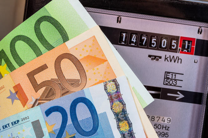 An electricity meter measures the current consumed with euros. Save €150 a year on energy bills in France by buying with others