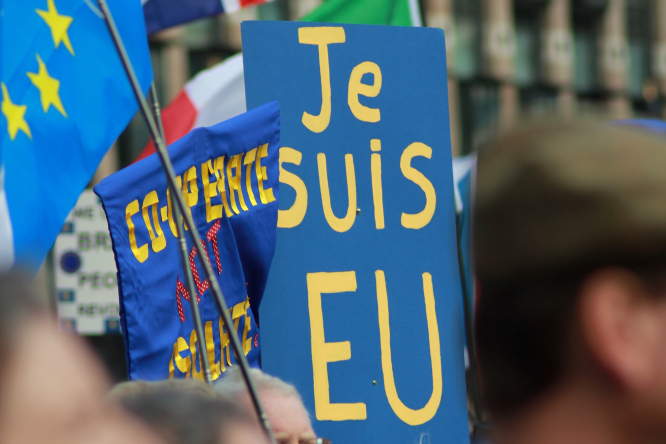 A placard reads 'je suis EU' at a Brexit protest. Article: The pre-Brexit checklist to complete before December 31st. Photo by Ludovic Morlat / Unsplash