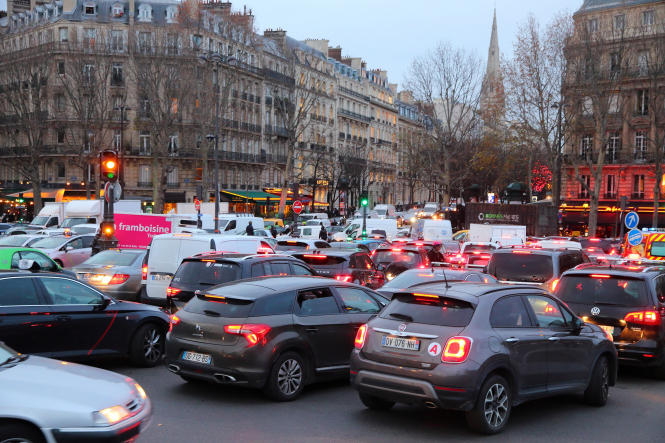 Traffic in central Paris. Crit'Air rules: Paris to limit access to certain cars from June 1