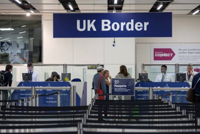 UK border at airport. UK quarantine: France to impose reciprocal measures on UK