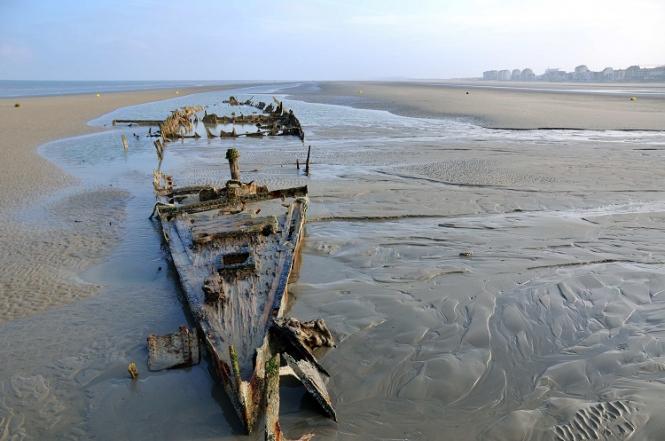 Super-tide' reveals Dunkirk wrecks