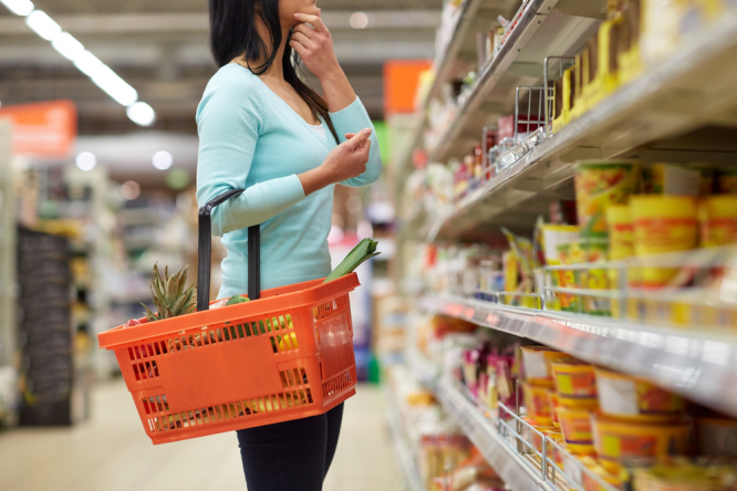 Woman choosing products in supermarket. 12 questions on how to use the French health pass from July 21