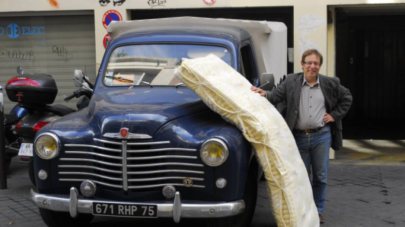 Patrice Sébille delivering a mattress