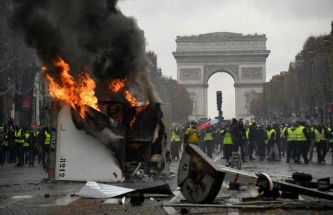 https://www.connexionfrance.com/var/connexion/storage/images/media/images/burning-arc-de-triomphe/793617-1-eng-GB/burning-arc-de-triomphe_articleimage.jpg