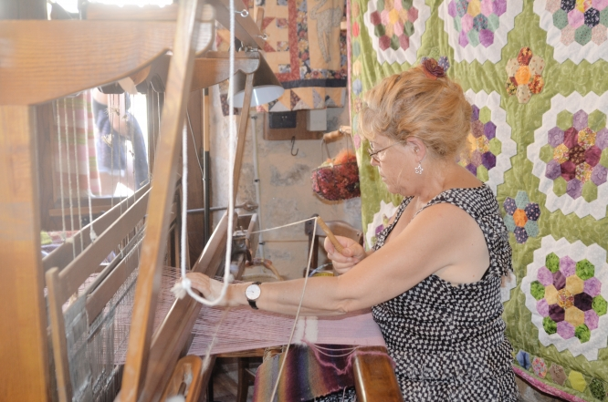 Monique Demazière weaving