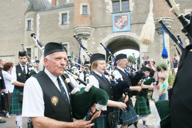 Pipe band in Aubigny sur Nere Fetes Franco Ecossaises