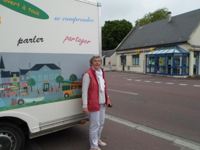 Catherine de la Hougue in front of the Parentibus