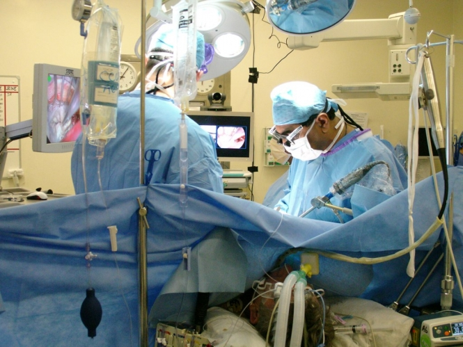Surgeons performing heart surgery in an operating theatre